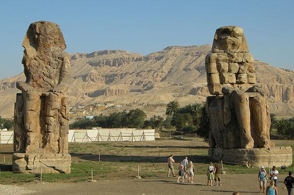 Colosos de Memnón situados en el Valle de los Reyes en Luxor, Egipto