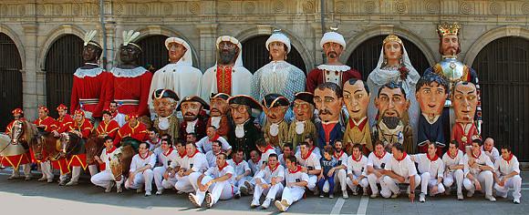 Fotografía en familia de la Comparsa de Gigantes y Cabezudos de Pamplona