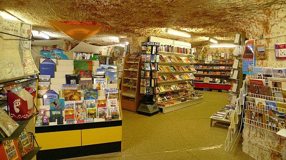 Podemos comprobar cómo las bibliotecas en Coober Pedy también están bajo tierra