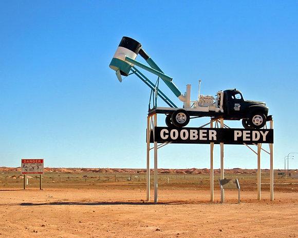 Un vehículo nos da la bienvenida en Coober Pedy, Australia