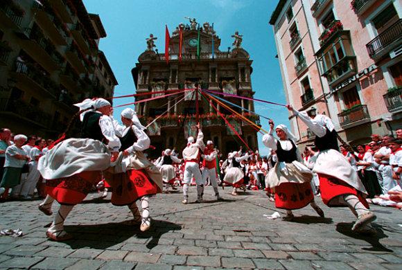 Dantzaris bailando en la Plaza del Ayuntamiento de Pamplona en los Sanfermines