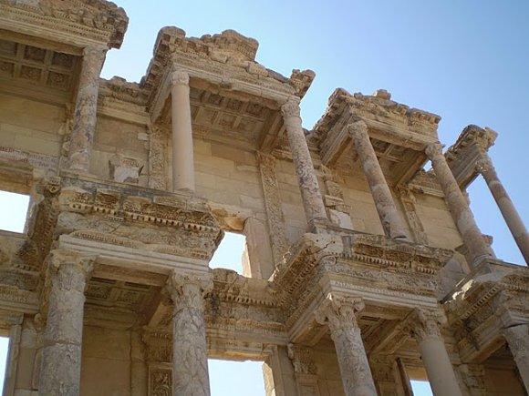 Detalle de la fachada de la Biblioteca de Celso en Éfeso, Turquía