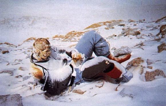 Un cuerpo sin vida de una persona que estaba durmiendo en la cumbre del Everest