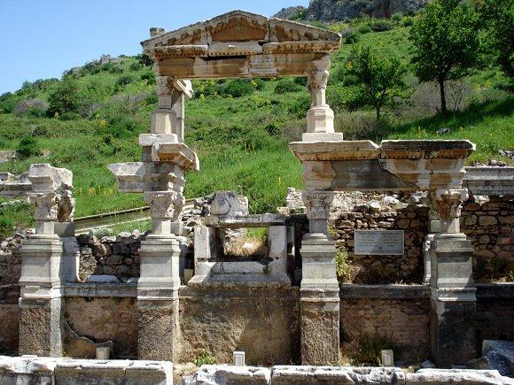 Fotografía de la fuente de Trajano en la ciudad antigua de Éfeso, Turquía