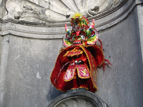 El Manneken Pis, disfrazado de diablo, haciendo de las suyas cerca de la Grand Place