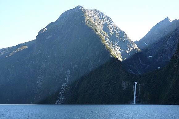 Paseo en barco a través de los fiordos de Milford Sound en la isla Sur de Nueva Zelanda