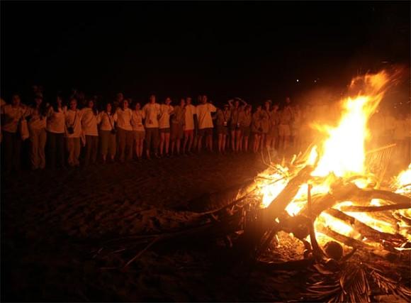 Reunirse con amigos y familiares junto a la hoguera es una de las tradiciones que sigue más viva en la Noche de San Juan