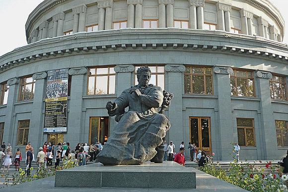 Estatua de Ararm Khachaturian a las afueras de la Ópera de Armenia