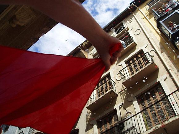 Pañuelico rojo ondeando en los Sanfermines de Pamplona
