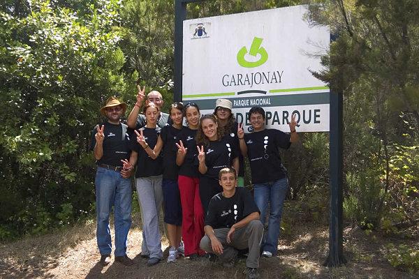Un grupo de viajeros posa en unas de las entradas del Parque Nacional de Garajonay