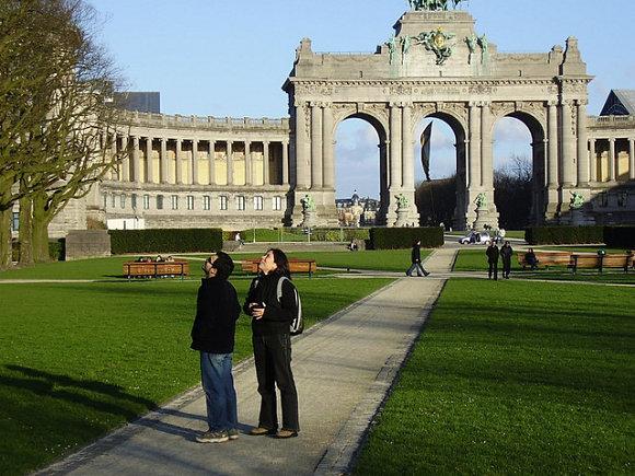 Turistas andando por el parque del Cincuentenario en Bruselas