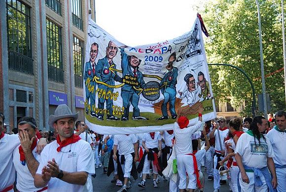 En los Sanfermines las peñas critican a los políticos y muestra de ello son sus pancartas