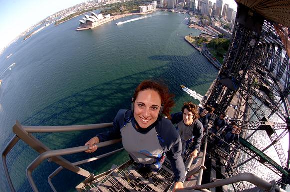 Podemos subir al Puente del Puerto de Sidney y deleitarnos con espectaculares vistas