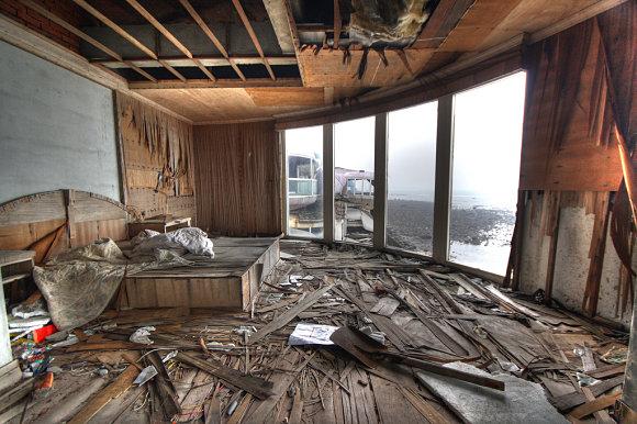 Interior de uno de los edificios del resort abandonado de San Zhi