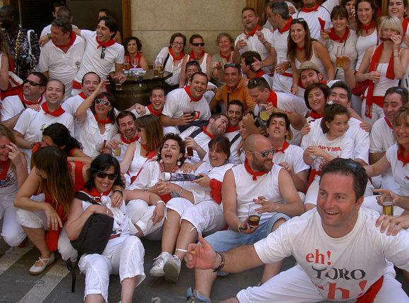 Fotografía de una de tantas cuadrillas que se visten de rojo y de blanco en Sanfermines