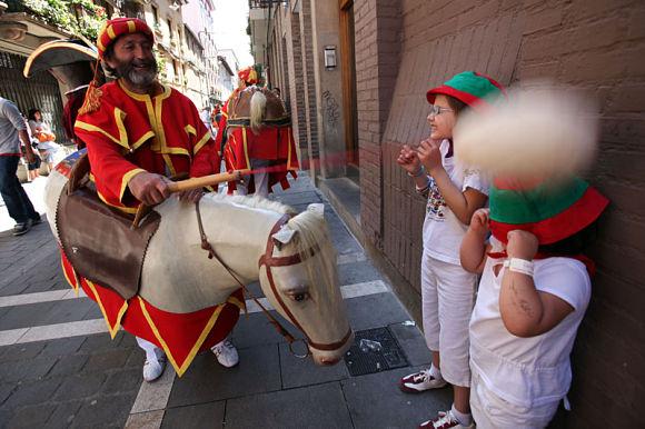 El zaldiko es un pequeño caballo que aporrea a los niños en los Sanfermines