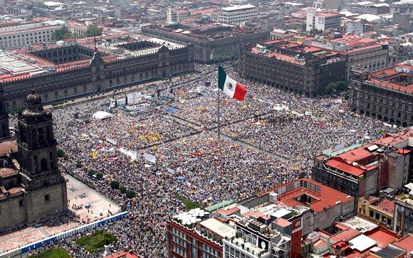 Fotografía del zócalo de México D.F., lleno hasta la bandera, tomada desde el aire