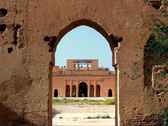 Llegar hasta el Palacio El Badi es muy sencillo, ya que está situado en un lugar muy céntrico y accesible desde cualquier punto de la ciudad