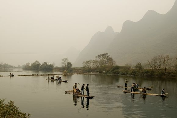 Una bonita opción es dar un paseo en barca de bambú por los ríos que encontraremos en Yangshuo