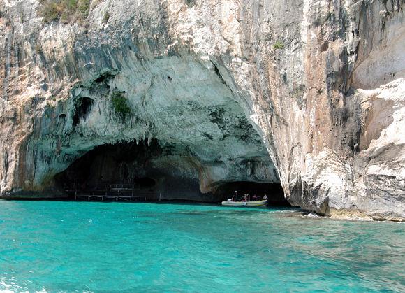La cueva o gruta de la Esmeralda es un lugar muy curioso por el juego de luces que se crea de forma natural en sus aguas