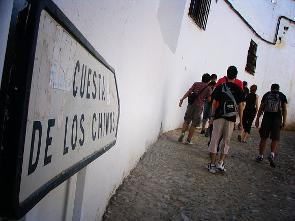 Subir a la Alhambra por la Cuesta de los chinos no es tan interesante a nivel histórico pero sí ofrece un paseo muy tranquilo y romántico
