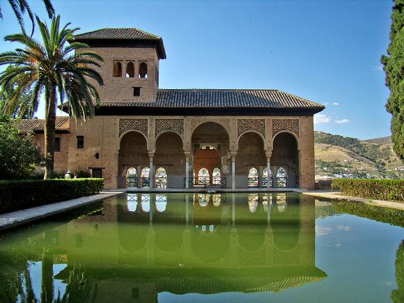Los jardines de El Partal junto con el edificio al que rodean, conforman uno de los paisajes más emblemáticos de la Alhambra