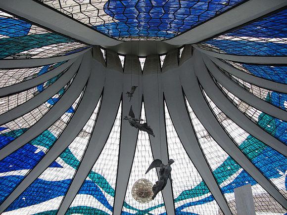 Es impresionante contemplar los ángeles que se encuentran suspendidos bajo la cúpula de la Catedral de Brasilia