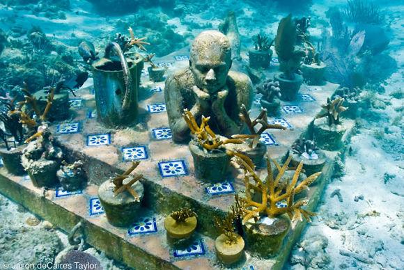 Tras el paso del tiempo las figuras se adaptan al medio marino y se rodean de bellos corales