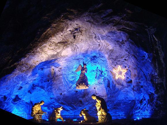 En nuestro paseo por la Catedral de sal de Zipaquirá encontraremos asombrosas esculturas