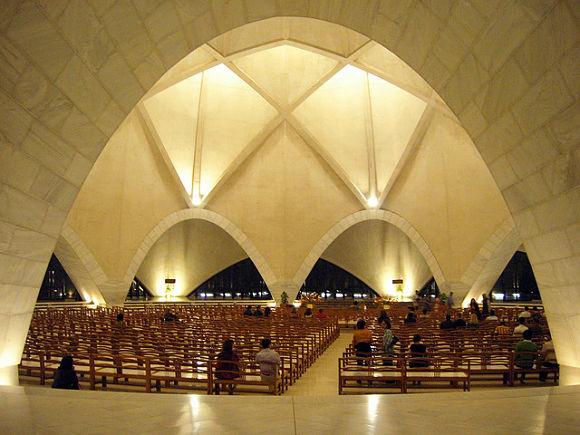El interior del Templo de Loto es un espacio completamente abierto y libre de paredes