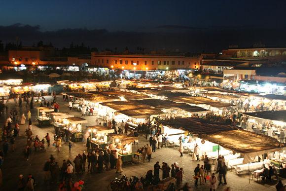 Por la noche, la plaza Jamaa el Fna se llena de luces y de gente