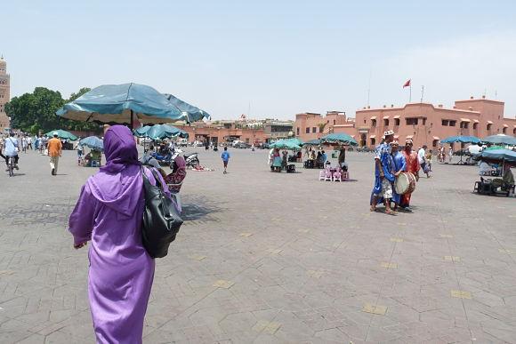 De día, la plaza se llena de animadores que entretienen y sorprenden a los turistas