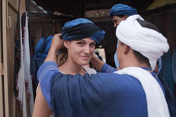 Una de las mejores opciones es comprar un turbante para protegernos del sol del desierto