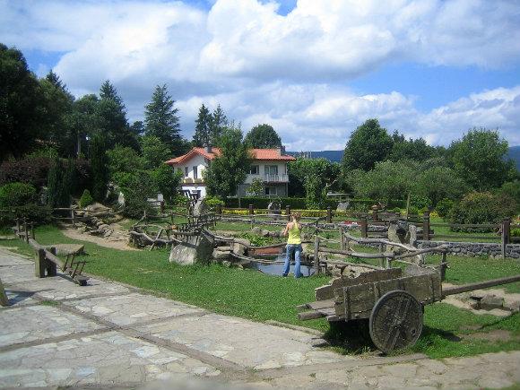 Un museo del mundo rural al aire libre nos espera en el parking de las cuevas de Santimamiñe