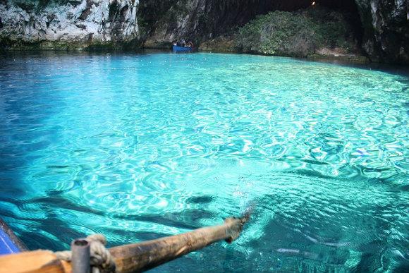 El color turquesa del lago de las cuevas de Melissani en la isla de Kefalonia brilla con los rayos del sol