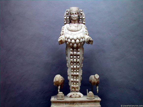 Fotografía de la estatua de Artemisa dentro del museo de Éfeso