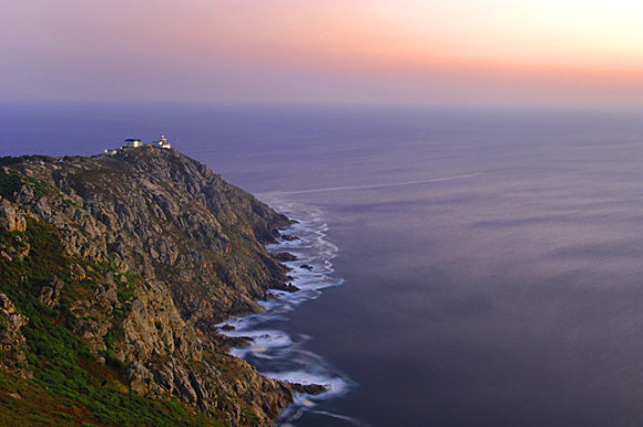 El faro de Finisterre se encuentra a 143 metros sobre el nivel del mar en la Costa da Morte