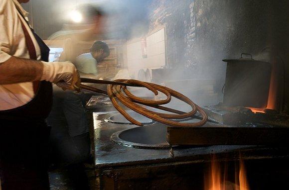 Los churros se hacen de forma artesanal en la churrería de La Mañueta