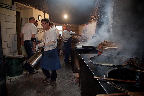 En el interior de la churrería de La Mañueta no hay tiempo para descansar