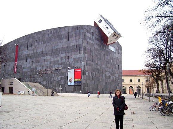 """Edificio del museo Mumok con la escultura """"House Attack"""" de Erwin Wurm"""