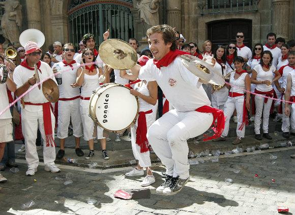 Una nueva modalidad al saltar la comba en los Sanfermines: tocando los platillos
