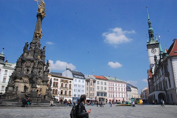 Panorámica en Olomouc del ayuntamiento y la Columna de la Santísima Trinidad