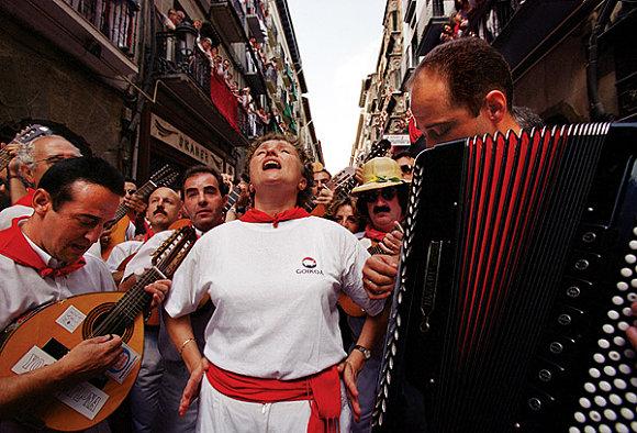 En la procesión de los Sanfermines no puede faltar el clásico momentico y su jota navarra