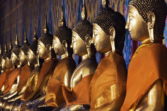 Fila de budas en el templo Wat Arun de Bangkok, capital de Tailandia