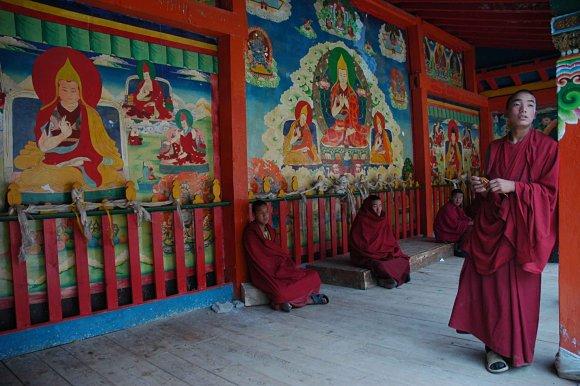Imagen de monjes budistas en el Tíbet