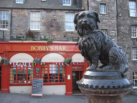 La estatua de Bobby está dedicada a un leal perro que permaneció junto a la tumba de su dueño hasta que falleció
