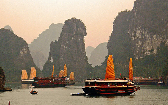 Podremos recorrer la aguas de la bahía de Halong a bordo de un barco a modo de crucero