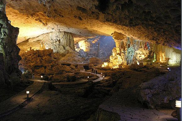 En muchos de los islotes de la bahía de Halong encontraremos cuevas que podremos visitar y explorar