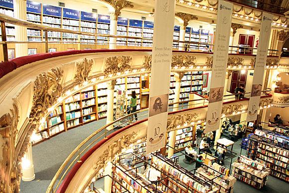 Por todo el edificio se combinan a la perfección la ornamentación del antiguo Teatro con las miles de estanterías repletas de libros de la nueva librería