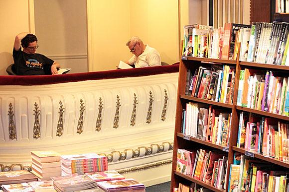 En todas las esquinas de la librería, así como en el palco y los balcones hay cómodos butacones para sentarnos a leer